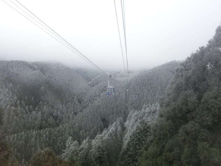 冬の金剛山ちはや園地へ向かうロープウェイからの景色