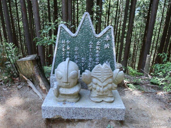 金剛山千早本道ルート・5合目ウルトラマンとバルタン星人の石像