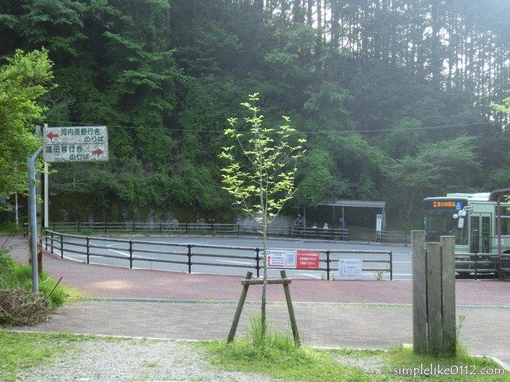 金剛山ロープウェイ前バス停のロータリー