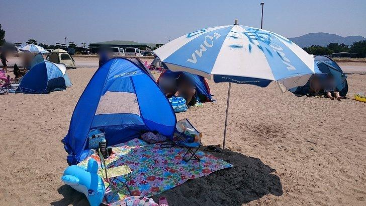 片男波海水浴場の砂浜にビーチパラソル