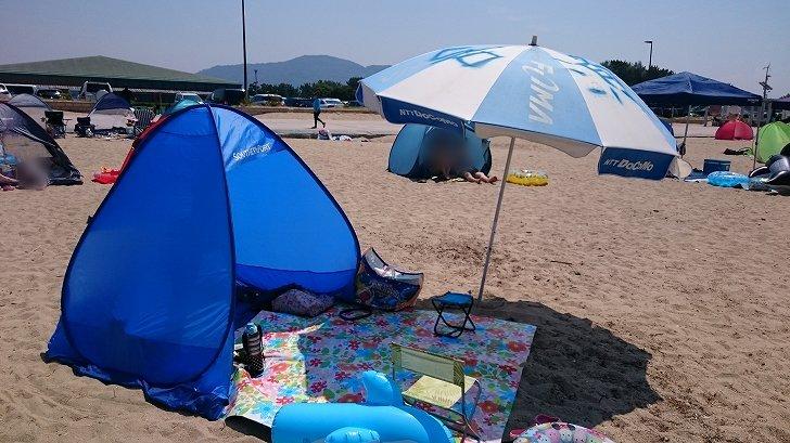 片男波海水浴場の砂浜にテントを張る