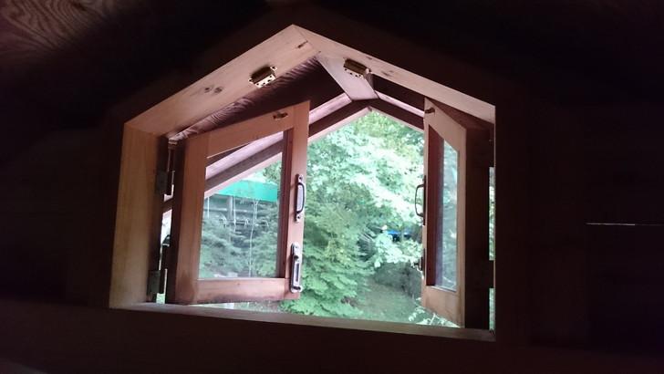 ちはや園地金剛山キャンプ場バンガローのロフト小窓