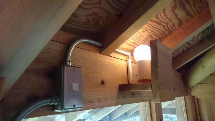 ちはや園地金剛山キャンプ場バンガローのロフトの電灯