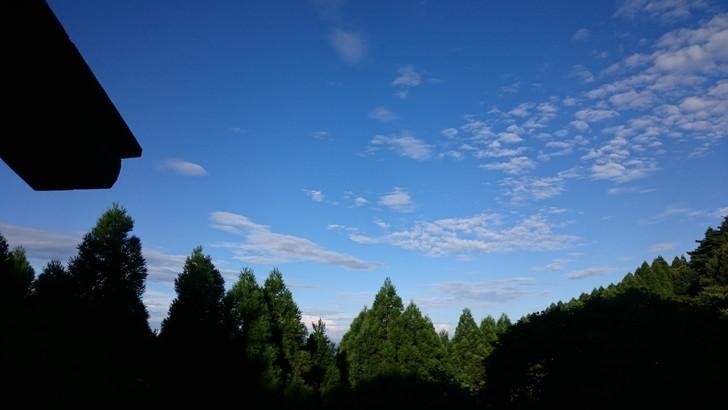 ちはや園地金剛山キャンプ場バンガローのベランダで青空を見る