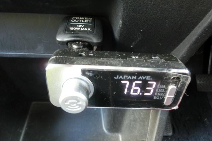JAPAN AVE.のFMトランスミッターをシガーソケットに差込む
