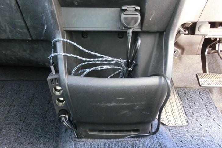 3連シガーソケットにマイクロUSBケーブルを取り付ける