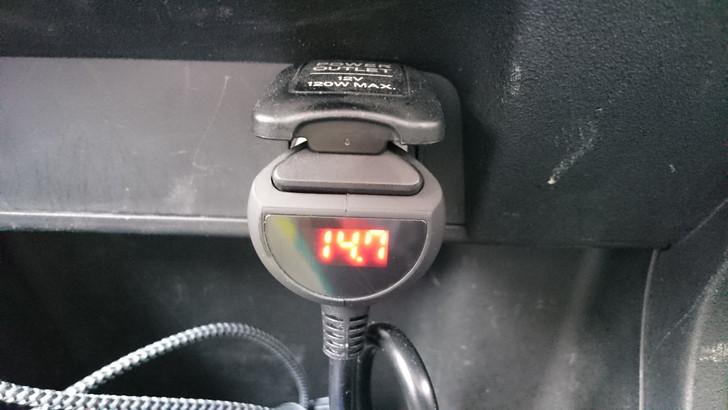 3連シガーソケットの電圧表示とON-OFFスイッチ