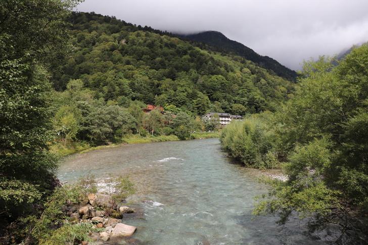 上高地の田代橋から上流を見る