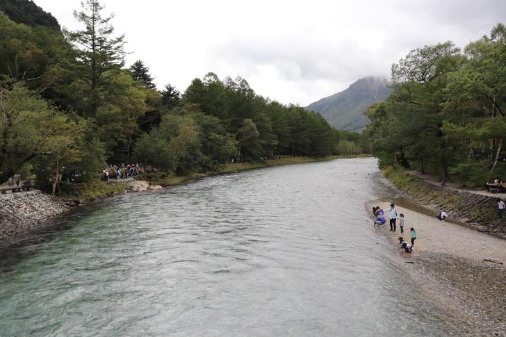 上高地の河童橋から梓川下流を見た風景(焼岳側)