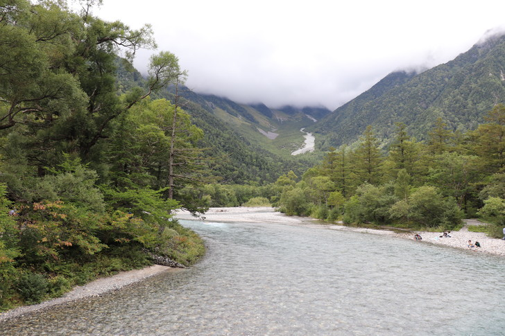 上高地の河童橋から梓川上流を見た風景(穂高連峰側)