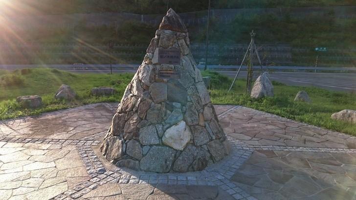 標高日本一「松ノ木峠PA」石のモニュメント