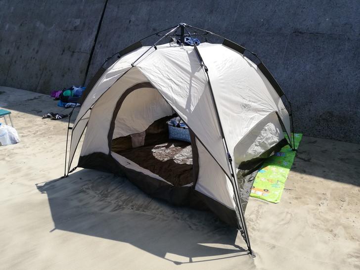 産湯海水浴場で簡易テントとレジャーシートを持って砂浜へ