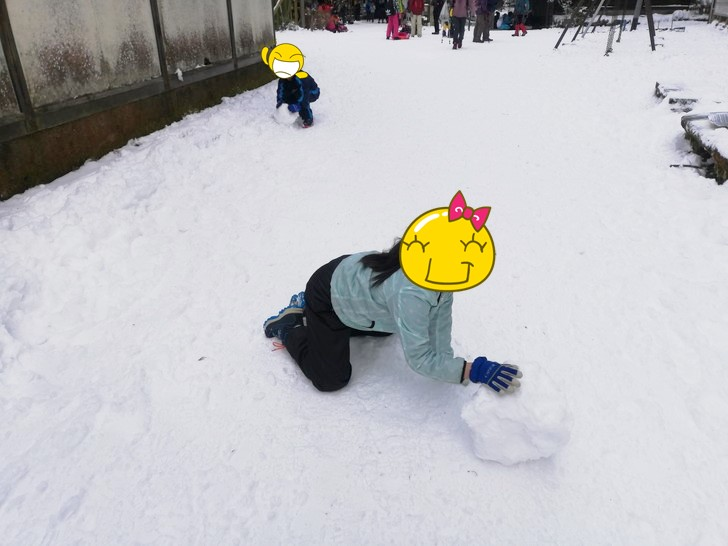 冬の金剛山山頂で雪だるまづくり