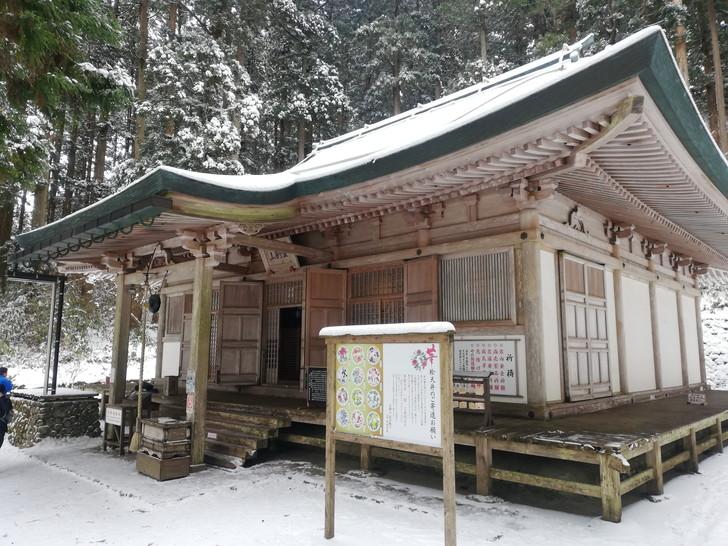 冬の金剛山・雪山に白く輝く転法輪寺