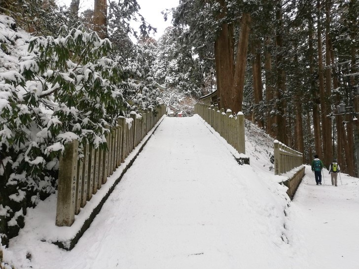 冬の金剛山・葛木神社の境内へ