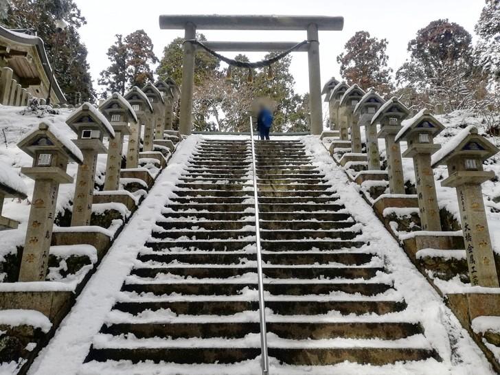 冬の金剛山・雪の積もった葛木神社石段
