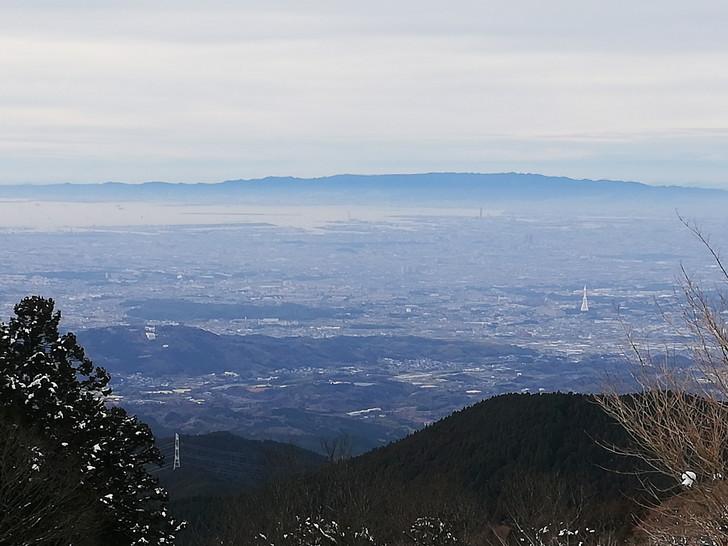 冬の金剛山山頂広場(国見城跡)からみる六甲山