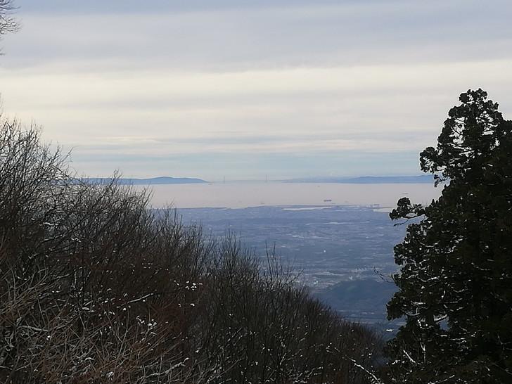 冬の金剛山山頂広場(国見城跡)からみる明石海峡大橋