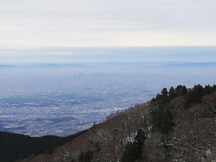 冬の金剛山山頂広場(国見城跡)からみる大阪梅田
