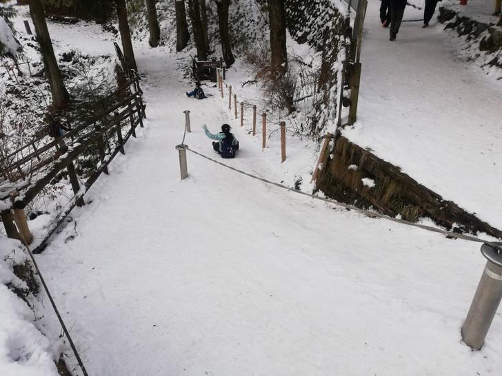 冬の金剛山山頂でソリ滑り