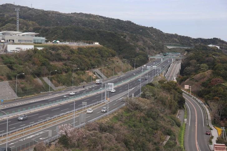 淡路SA(サービスエリア)の大観覧車から神戸淡路鳴門自動車本州方面を見る