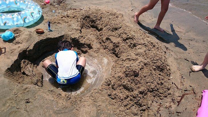 砂浜で砂遊びを楽しむグッズ