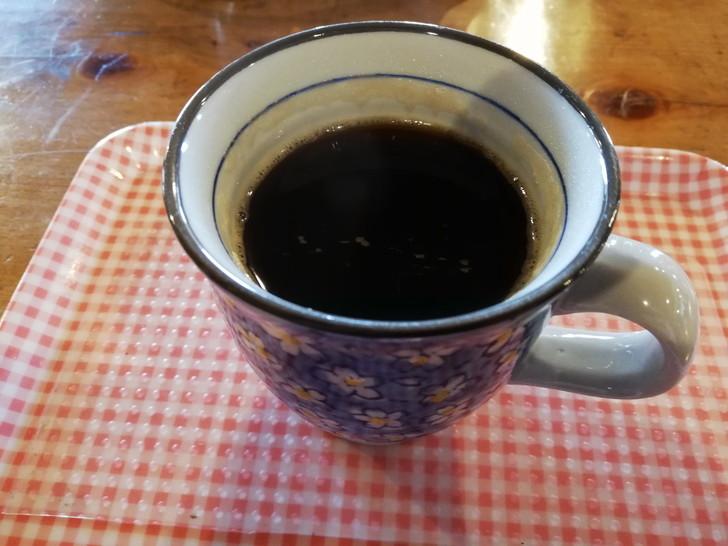 剣山山頂ヒュッテでホットコーヒーを飲む