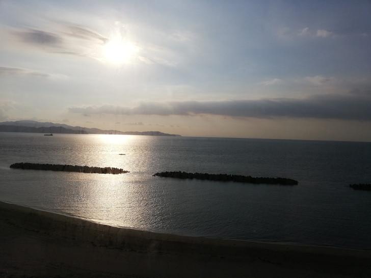鳴門グランドホテル海月のオーシャンビュー海側客室から朝日を見る