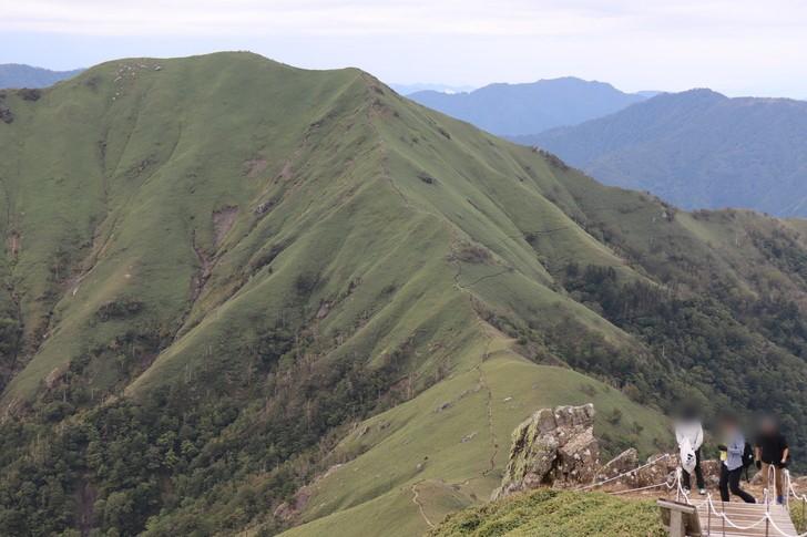 剣山山頂付近で一番の絶景スポットは、次郎笈へと続く縦走路を見渡せる場所