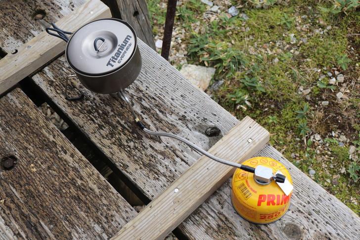 剣山山頂でガスバーナーでお湯を沸かす