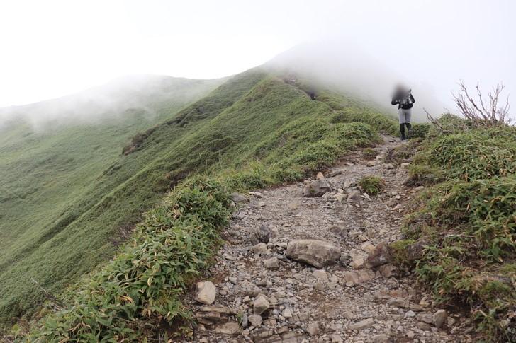 剣山~次郎笈縦走:ジロウギュウ峠を越えれば急な登り坂