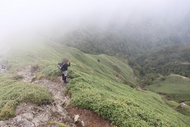 剣山~次郎笈縦走:次郎笈東側の谷は急斜面