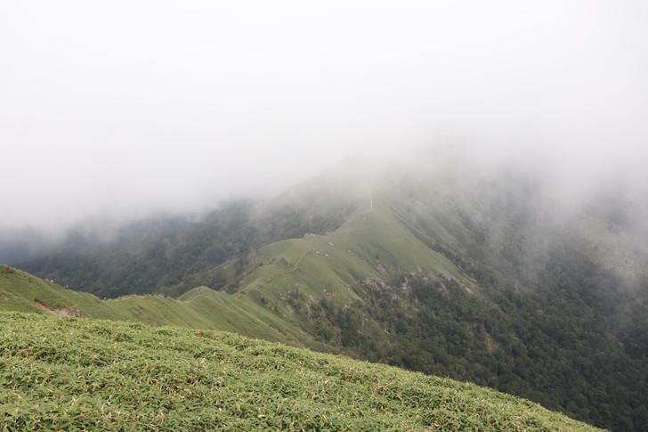 次郎笈山頂から剣山山頂を望む