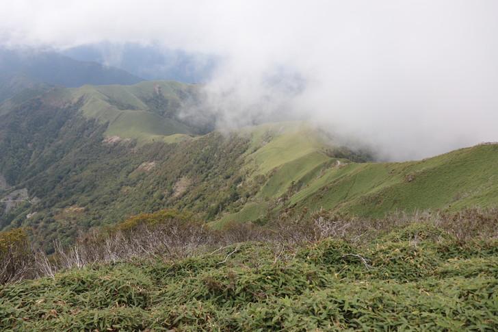 次郎笈山頂から「奥槍戸山ノ家」へと続く縦走コースを望む