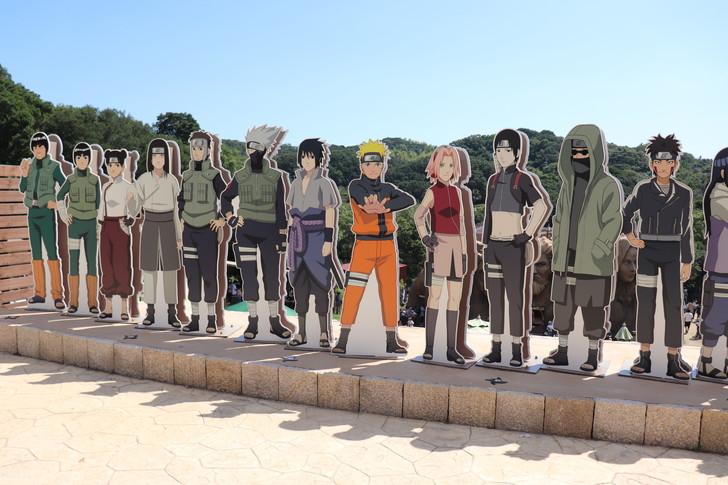入場口とNARUTOのキャラクター達