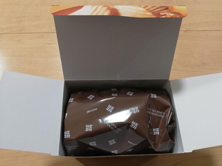 ポテトチップチョコレート【メープルナッティ】のフタを開けると
