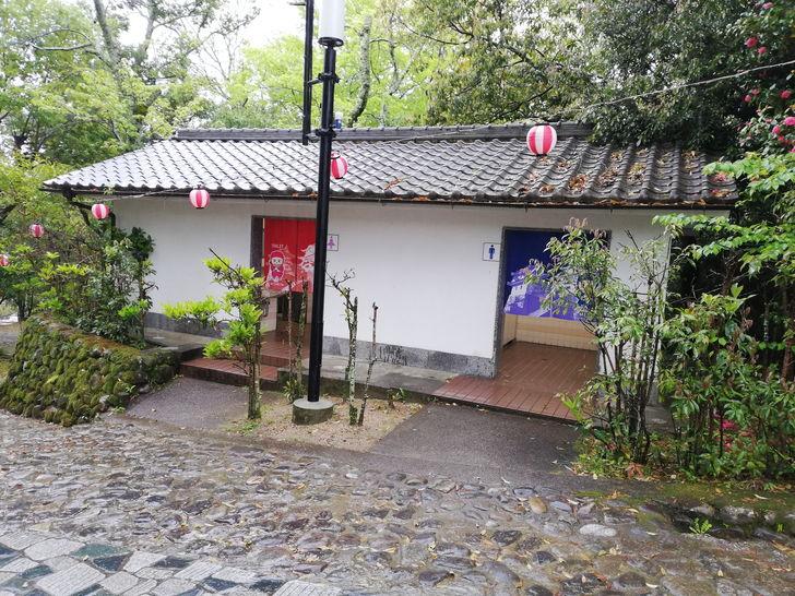 伊賀上野城の高石垣近くのトイレ