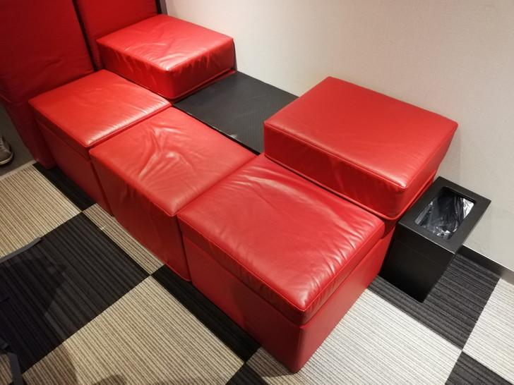 フェラーリのような真っ赤なソファー