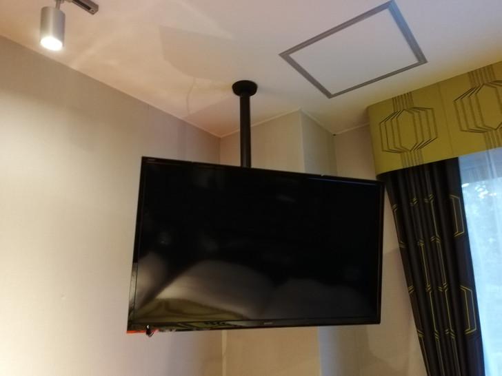 鈴鹿サーキットホテル『North館』レーシングルームは吊り下げ式テレビ